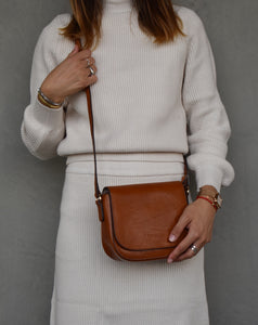 This classic crossbody bag in camel vintage leather is understated and functional whilst remaining modern and stylish.  By Neuville