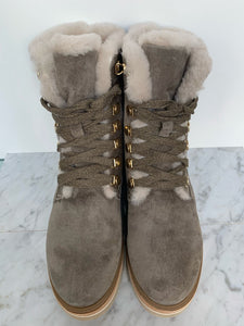 Grey nubuck leather hiking boot with eyelet lace up, fur lining and chunky sole. By Alpe