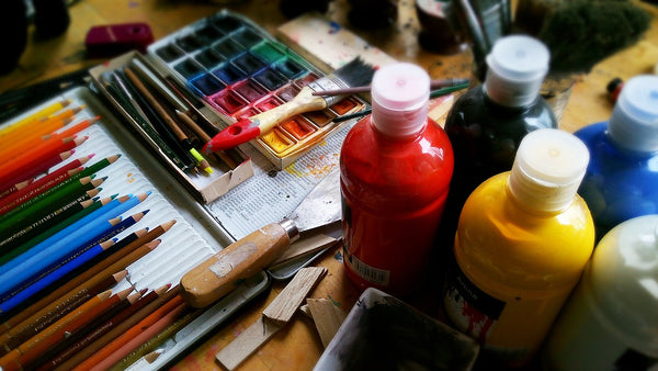 A photo of a various materials necessary for painting on a table as an artist