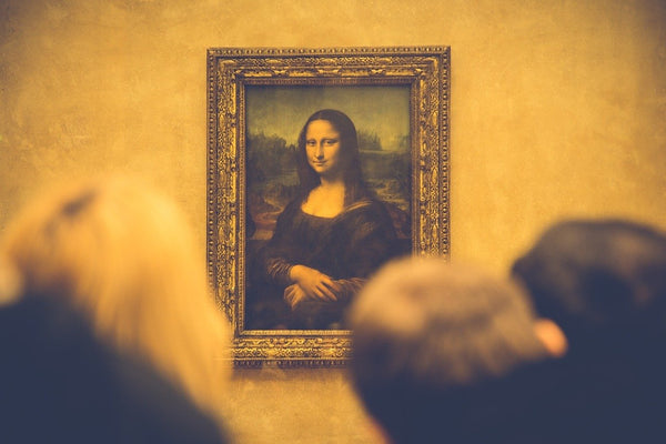 A photo of art observers looking at the painting of mona lisa