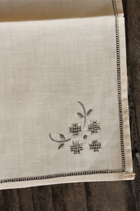 4x cream napkins with grey details