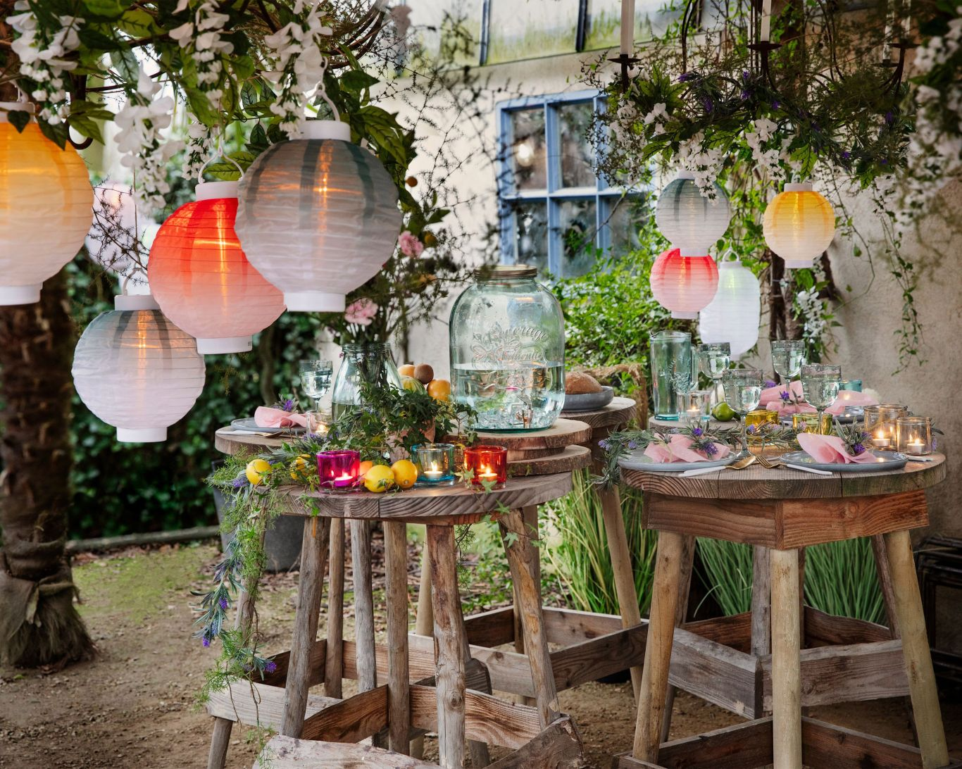 garden-party-outdoors-lanterns-lights-drinks
