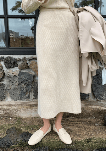 An Emphasize Cashmere Long Skirt
