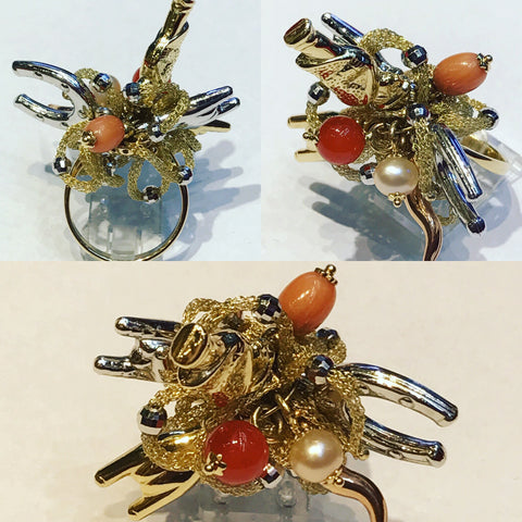 Ring in Yellow Gold with Charms and Coral