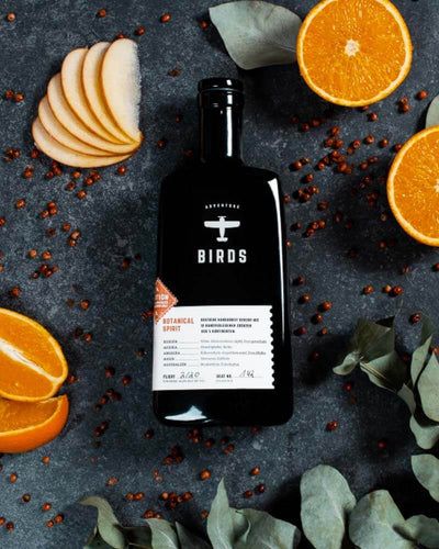Der BIRDS Botanical Spirit mit den Botanicals Orange, Kakaoschale und Eukalyptus