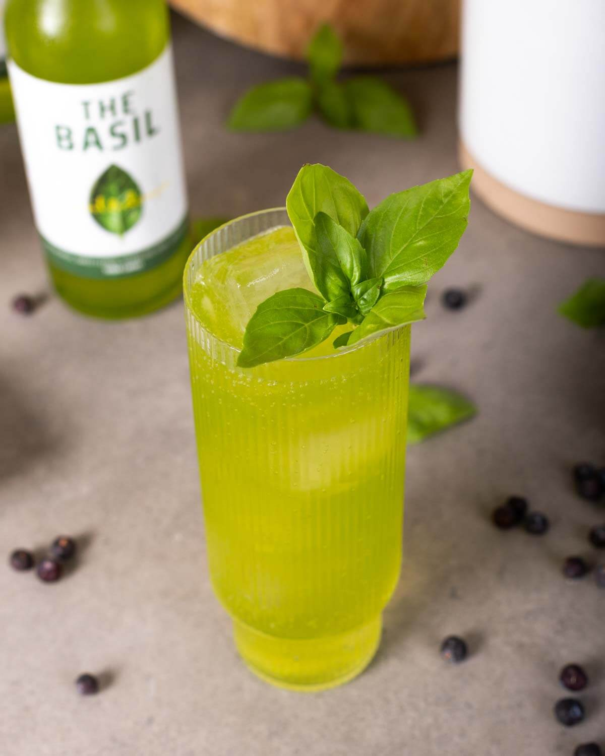 BIRDS and The Basil mit BIRDS Dry Gin