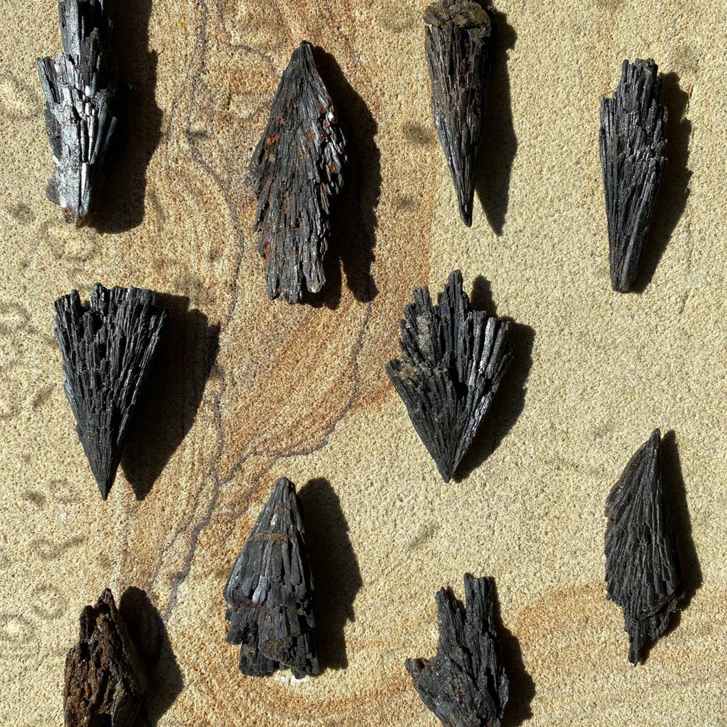 Black Kyanite, Medium