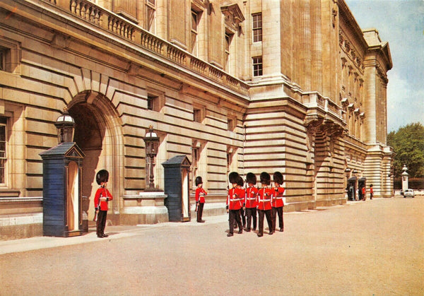 London Postcard, Buckingham Palace, Sentries of the Irish Guards IB3