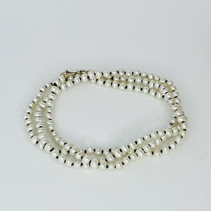 Contrasting White Sml Pearl Knotted Necklace