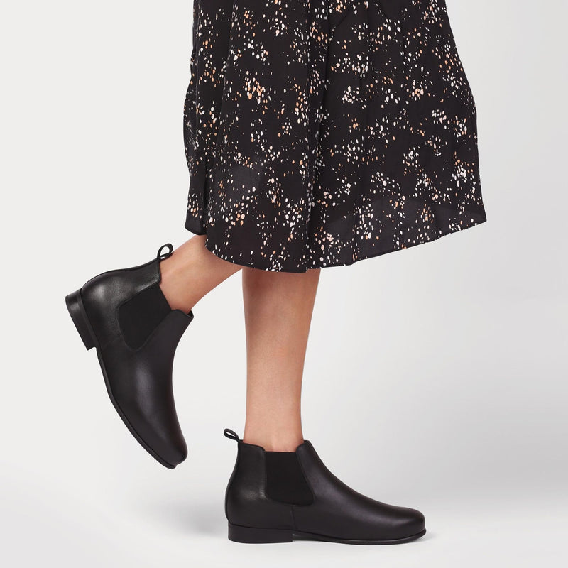 chloe-black-leather-boots-on-legs
