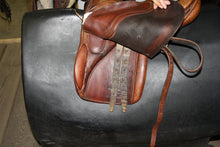 "Load image into Gallery viewer, 15.5"" Pastene English Saddle"