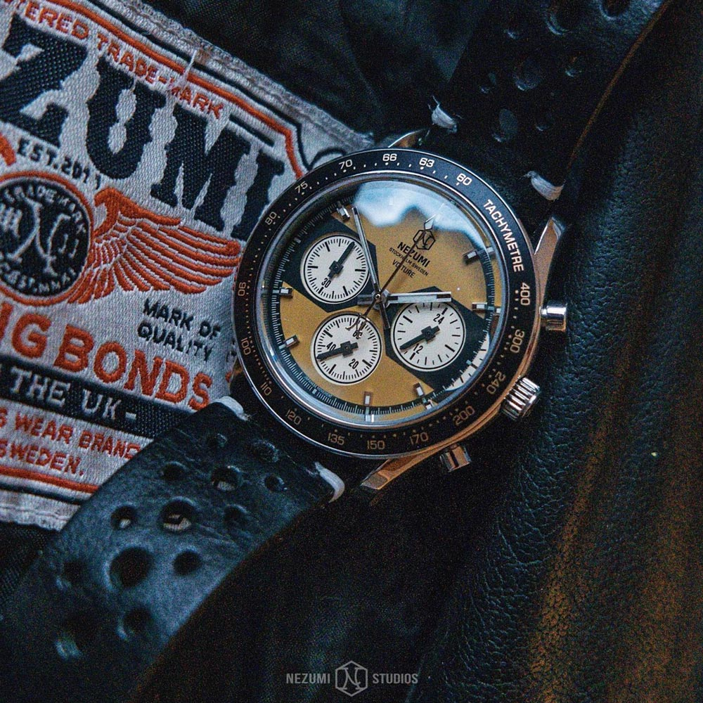 Voiture Chronograph watch by Nezumi is powered by a mechanical-quartz movement made by Seiko