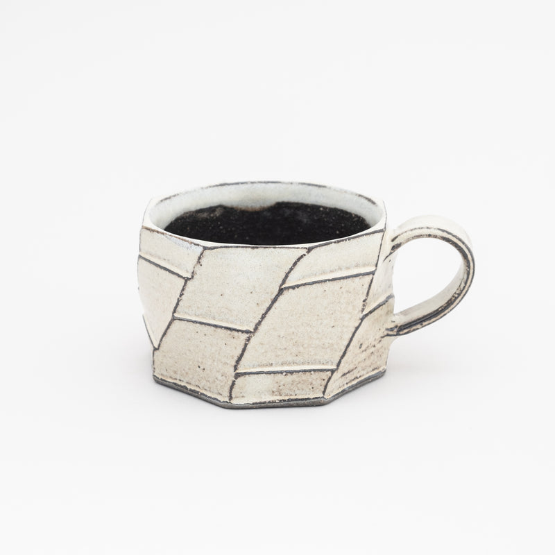 Made of Shigaraki clay gives a warmth feeling when holding it. Perfect for a big cup of tea or Latte!