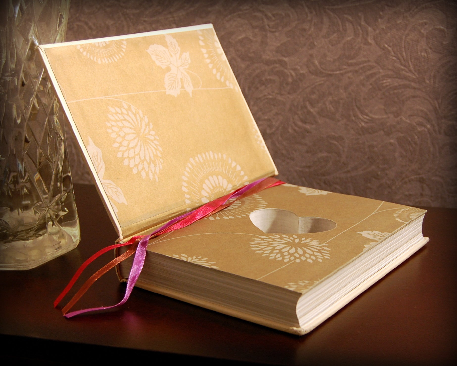 Wedding Vows & Traditions (Shabby Chic) / Howes - hollow book safe