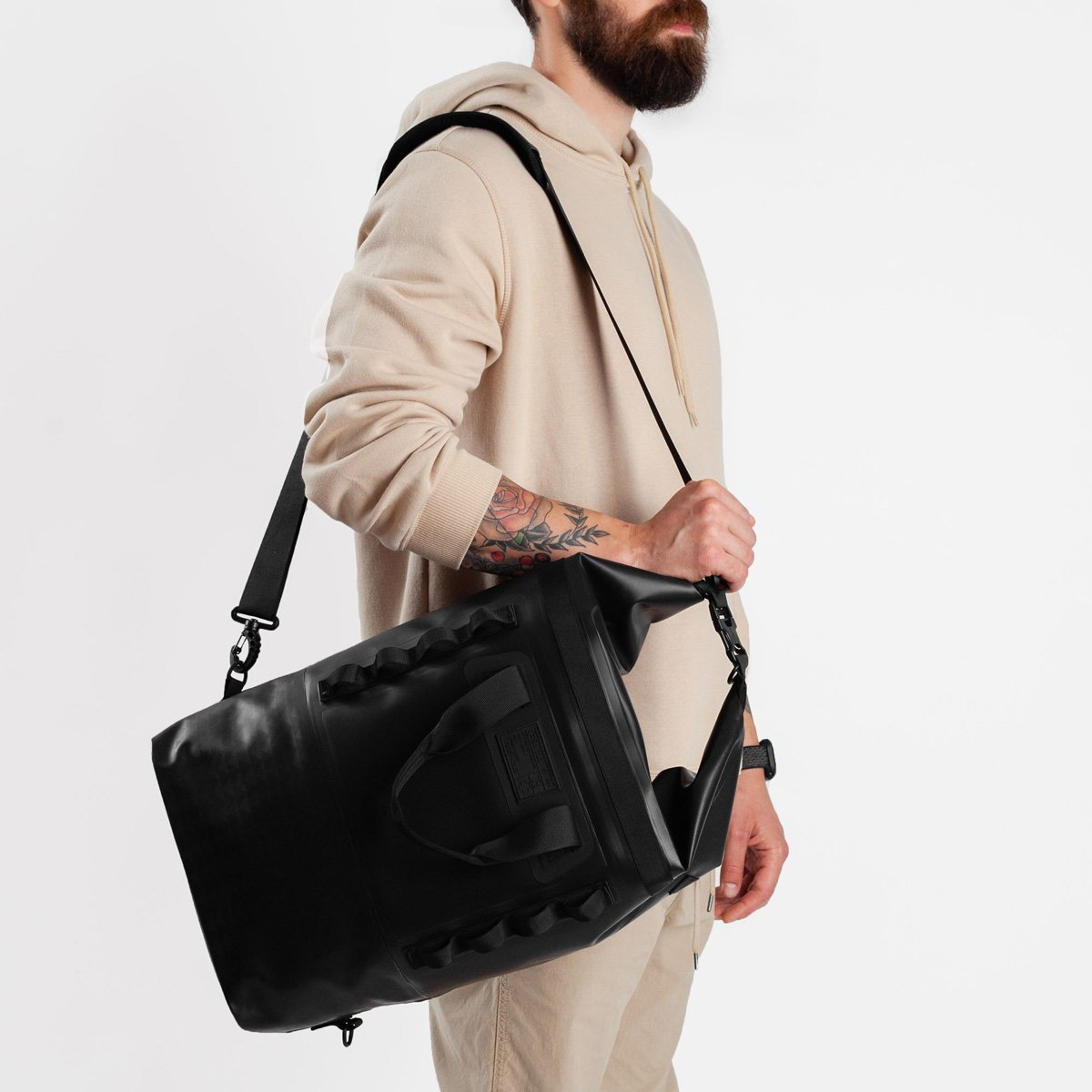 Model carrying So iLL 25L On the Roam Dirt Bag over the shoulder