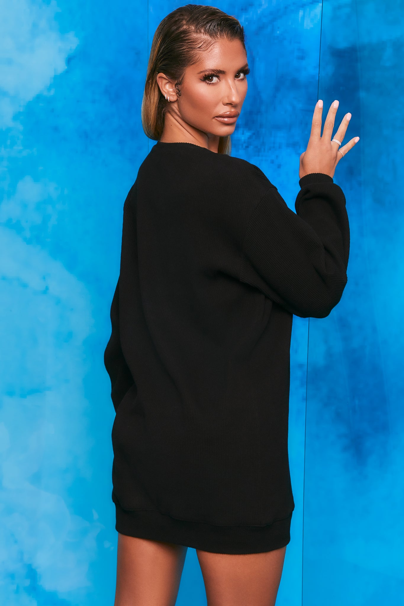 Plain black ribbed oversized sweatshirt with long sleeves. Image 3 of 6.