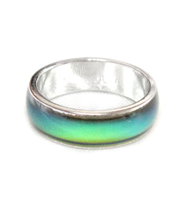 a band mood ring showing a green mood color meaning