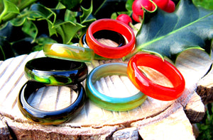 agate band mood rings in green, red and black