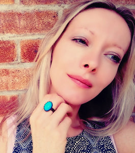 model from best mood rings wearing a bronze adjustable mood ring showing a bright blue color meaning