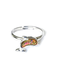 a child sized dolphin mood ring with glitter and showing a pink color mood by best mood rings