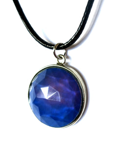 circular mood pendant necklace turning blue purple color
