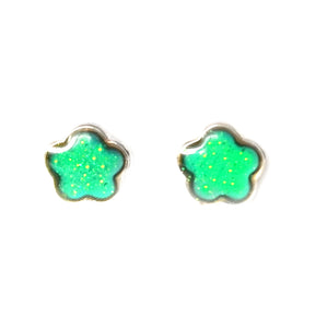 mood earrings in a green color with a flower shape