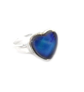 a heart mood ring turning navy blue color