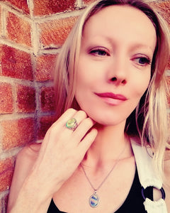 model wearing a swirl pattern mood ring and a mood pendant necklace with marble look