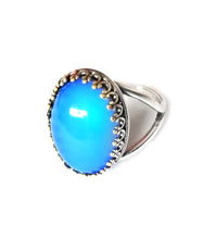 Load image into Gallery viewer, oval mood ring with blue color mood meaning and crown setting with adjustable band