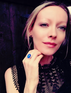 a model wearing a sterling silver mood ring with a blue color meaning by best mood rings
