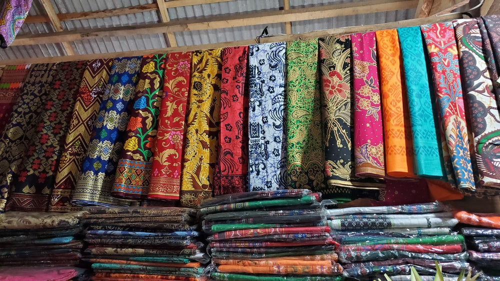 Shop for Traditional Clothing + Souvenirs in Ubud at Sukawati Market with Guide