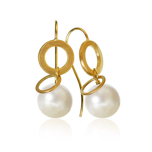 Anello Pearl earrings with freshwater beads.