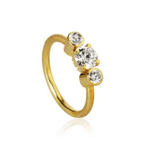 Trinity ring med 3 brillanter. I alt 1,12 ct. 1 x 0,80, ct. J, si1. 2 x 0,16 ct. H/I, vs.