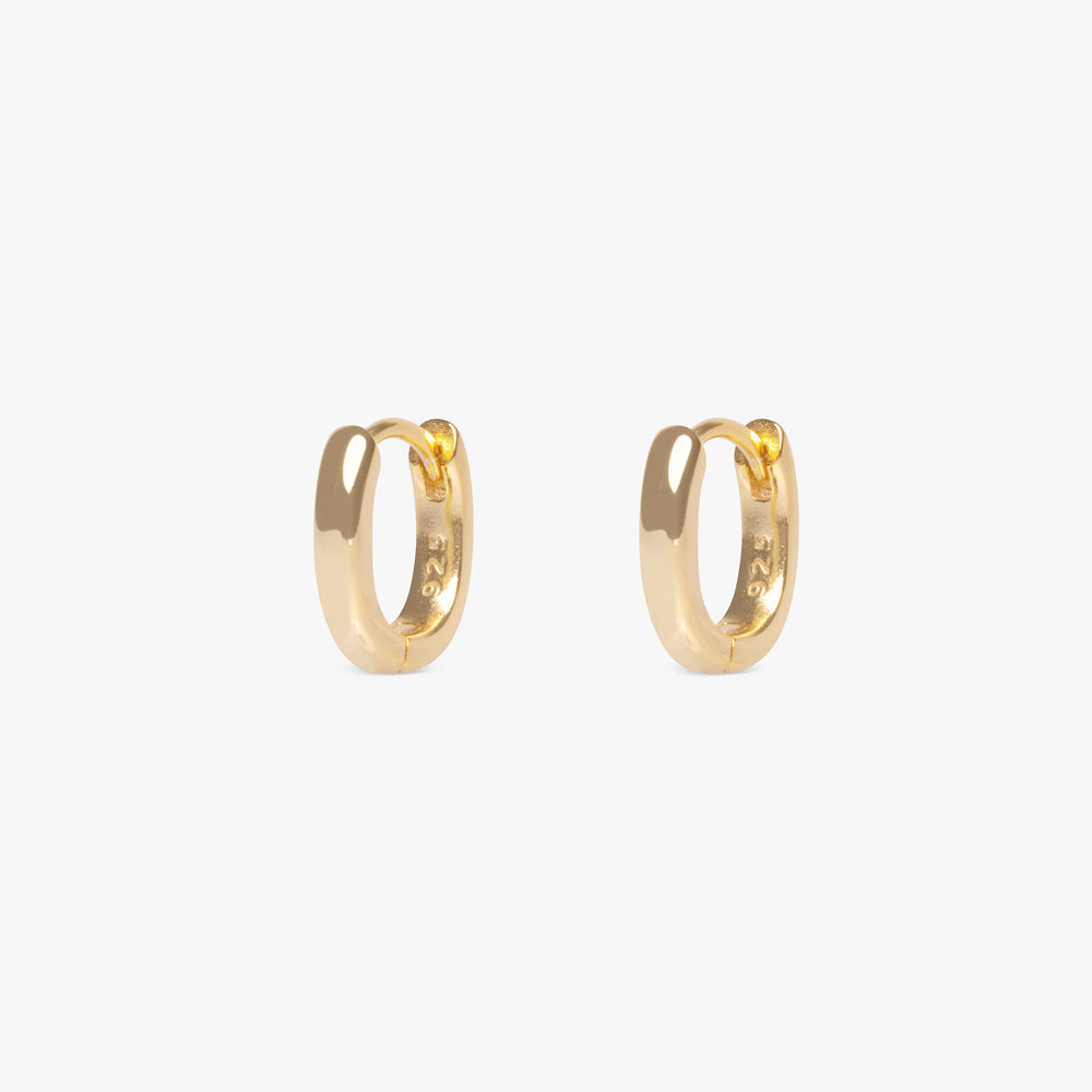 Small hoops in an oval shape. [pair] color:gold