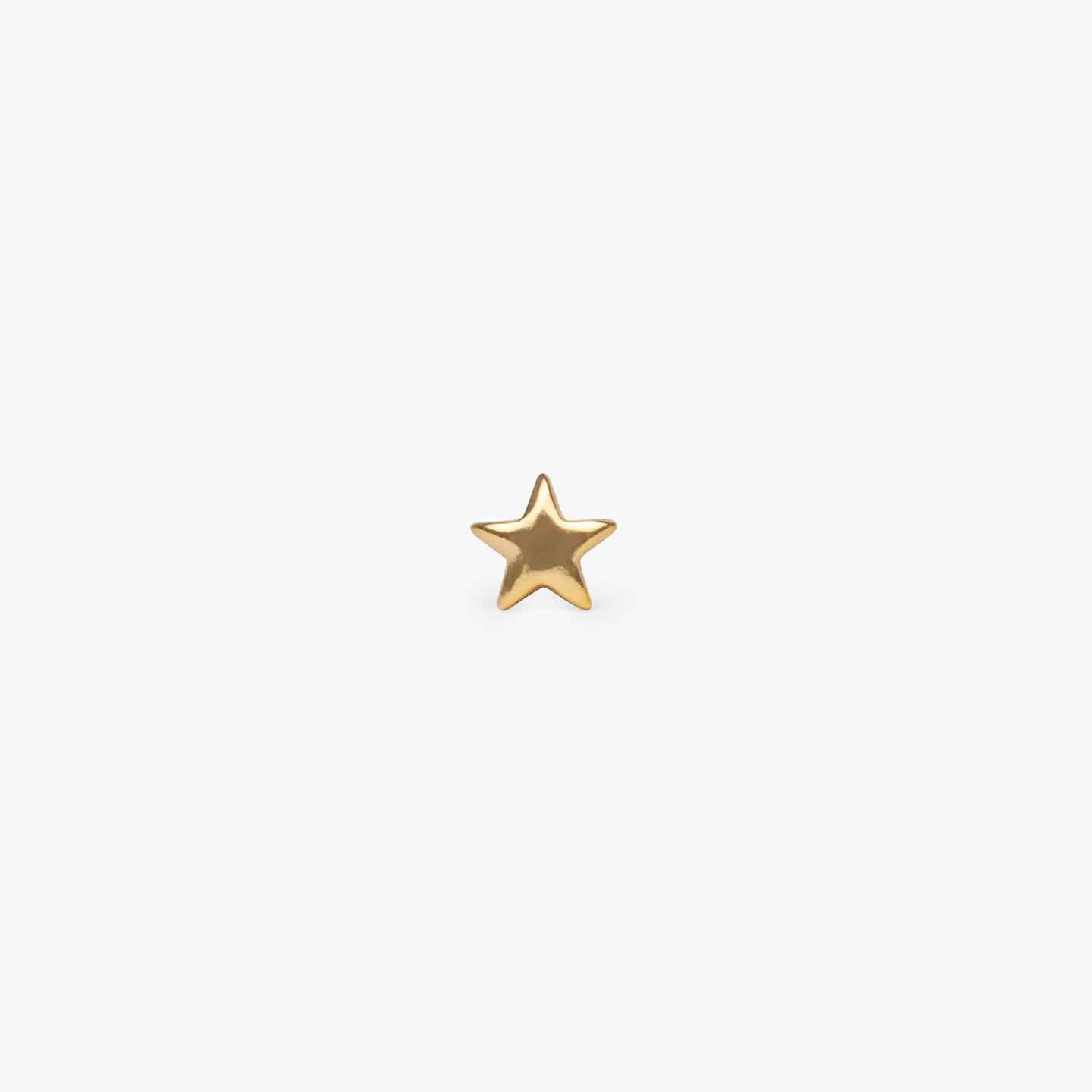 Small plain star stud in gold. color:gold