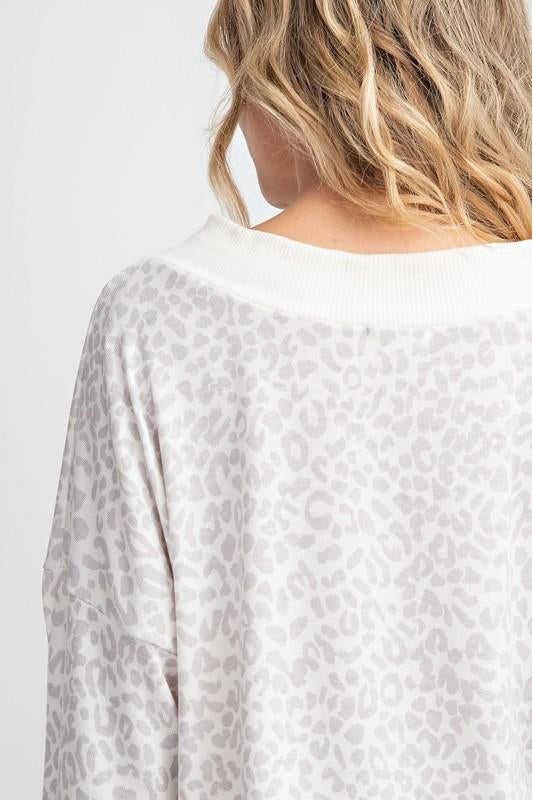 LEOPARD PRINTED NON BRUSHED SOFT KNIT V NECK SLOUCHY TOP WITH RIB BAND.