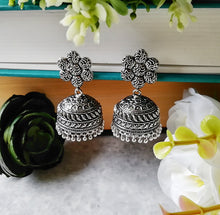 Load image into Gallery viewer, Silver Daisies Earrings