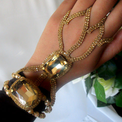 Beautiful and unique gold bracelet to ring. This hathpool is the perfect statement piece to wear on an event, party, wedding or special occasion.