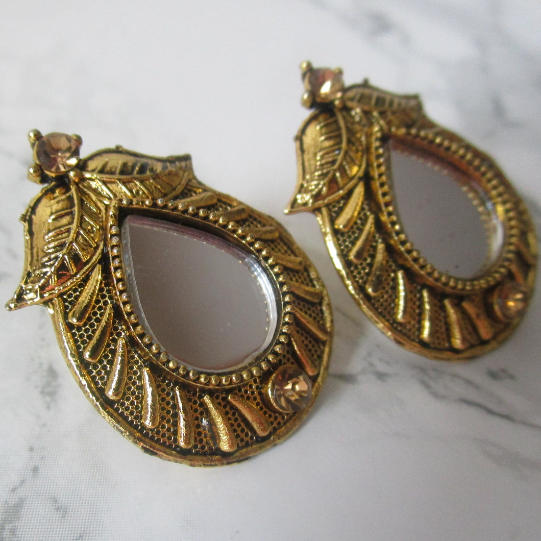 Beautiful lightweight gold mirror studs with teardrop shape and teardrop shaped mirror in the middle. These earrings are perfect for all occasions including everyday wear, parties and even for work.