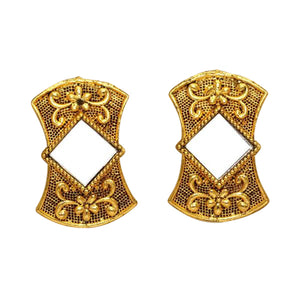 Detailed gold coloured studs with mirror in the middle. These earrings are perfect for all occasions.