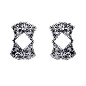 Detailed silver coloured studs with mirror in the middle. These earrings are perfect for all occasions.