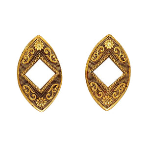 Beautiful lightweight gold mirror studs with side sqaure shaped mirror in the middle. These earrings are perfect for all occasions including everyday wear, parties and even for work.