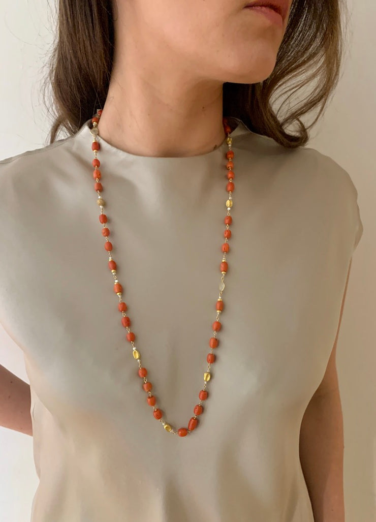 ELLEN HOFFMAN DESIGNS 18-KARAT GOLD BARREL-SHAPED VINTAGE CORAL, ROUGH-CUT DIAMOND NECKLACE