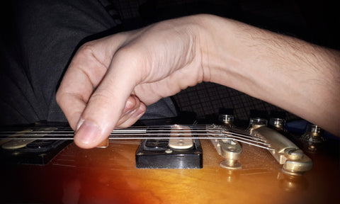 how to hold a guitar pick