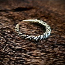 Load image into Gallery viewer, Viking Detailed Twisted Ring