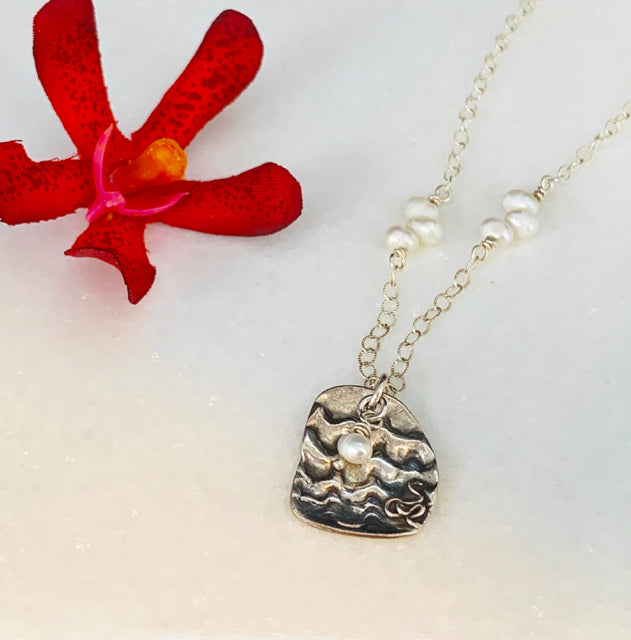 Shell Patterned Pendant & Pearls Necklace