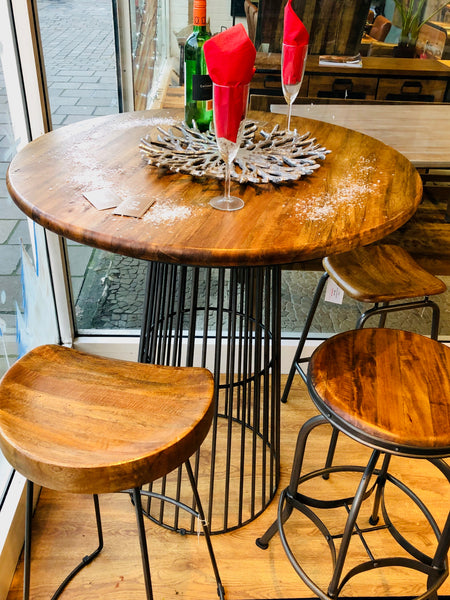 Puji The Store bar table with stools