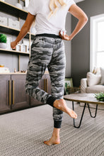 Load image into Gallery viewer, Winter Camo Joggers