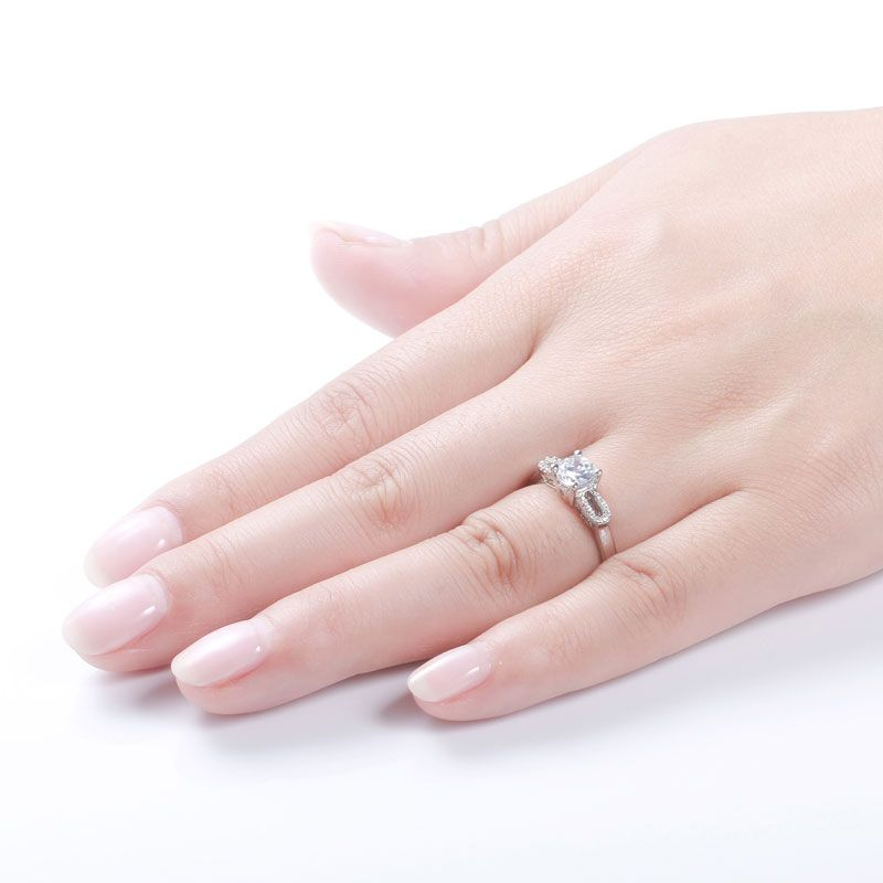 Sparkling Double-U Ring