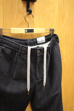 Laden Sie das Bild in den Galerie-Viewer, WHITE SAND  Steve Pants Herringbone  navy